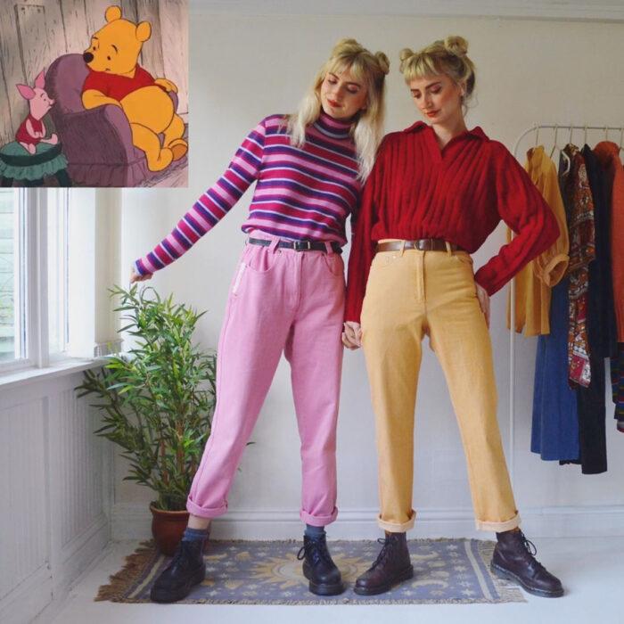 Hermanas gemelas arman atuendos inspirados en películas animadas y caricaturas con ropa vintage; Disney, Winnie Pooh y Piglet, Puerquito