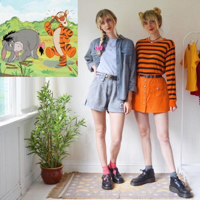 Hermanas gemelas arman atuendos inspirados en películas animadas y caricaturas con ropa vintage; Disney, Winnie Pooh, Ígor y Tiger