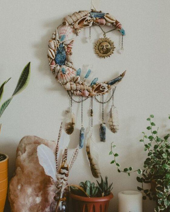 Artículo decorativo inspirado en la Luna de un colgante con forma Luna hecho con conchas de mar