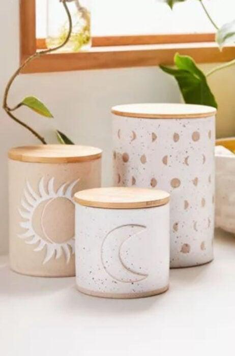Contenedores de cocina en color blanco con tapa de madera con figuras de la Luna