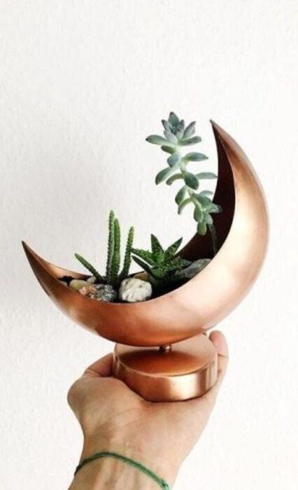 Maceta pequeña en color bronce en forma de Luna