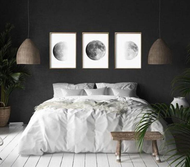 Tres cuadros con imágenes de las fases de la Luna en fondo blanco y marco dorado