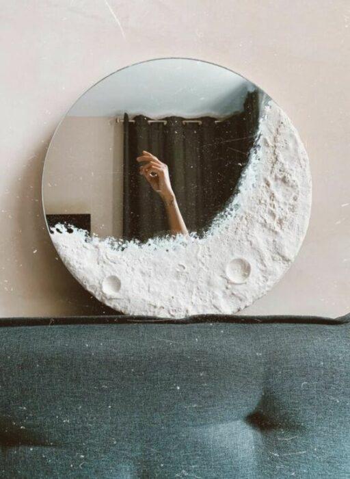 Espejo con luna creciente y algunas zonas donde se observan sus cráteres