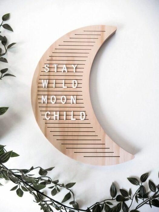 Tablero de madera en forma de Luna con letras blancas combinables