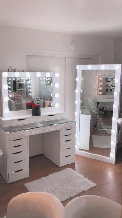 Makeup room en color blanco con dos espejos con luz