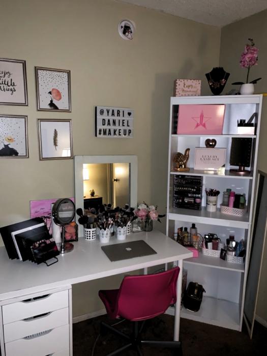Makeup room estilo sencillo con muebles en color blanco con una silla rosa