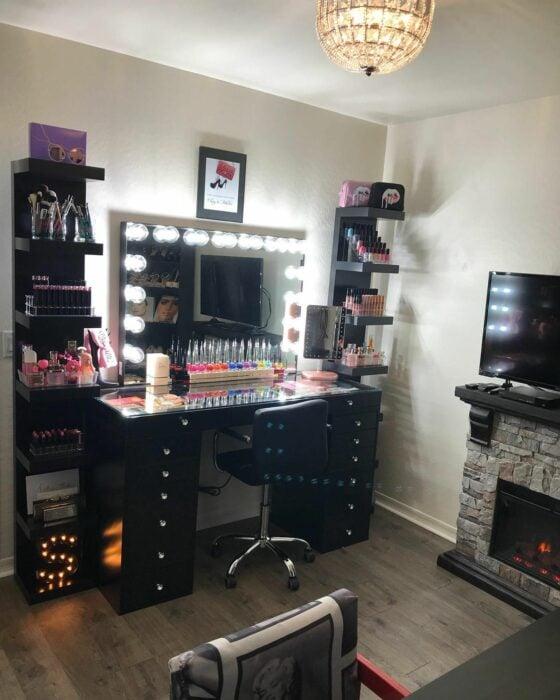 Makeup room en color negro con un cuadro de luces