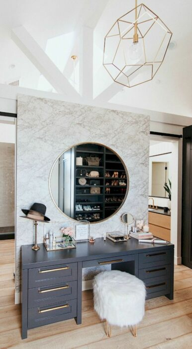Makeup room en color gris con un espejo redondo