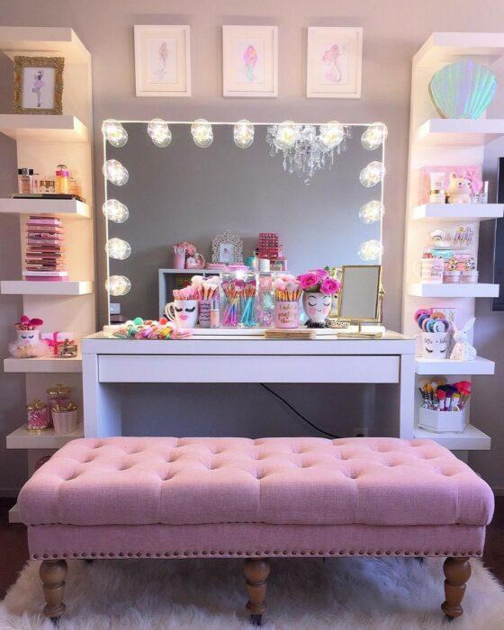 Makeup room en color rosa con un espejo de luces
