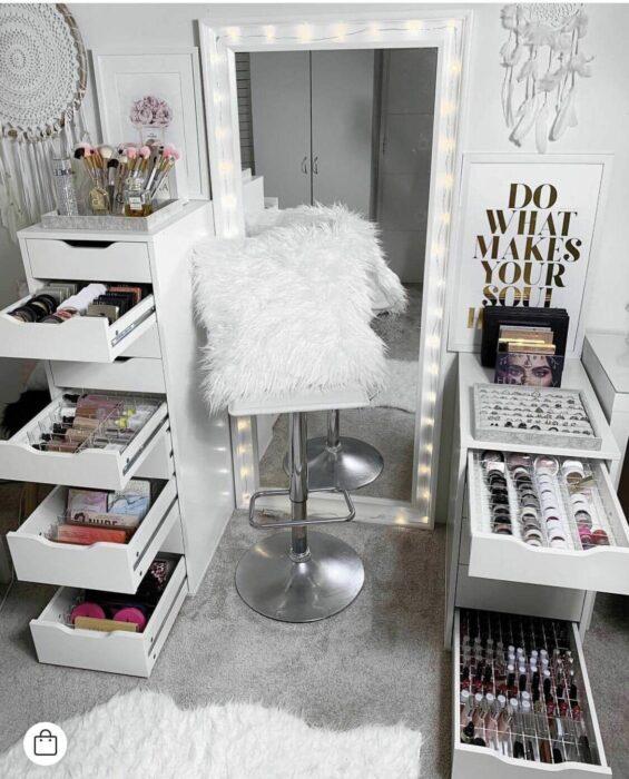 Makeup room en color blanco con detalles en gris