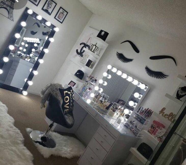 Makeup room en color gris con tonos en blanco y un rostro pintado en la pared principal