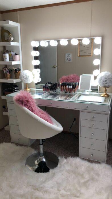 Makeup room en color blanco con un alfombra afelpada