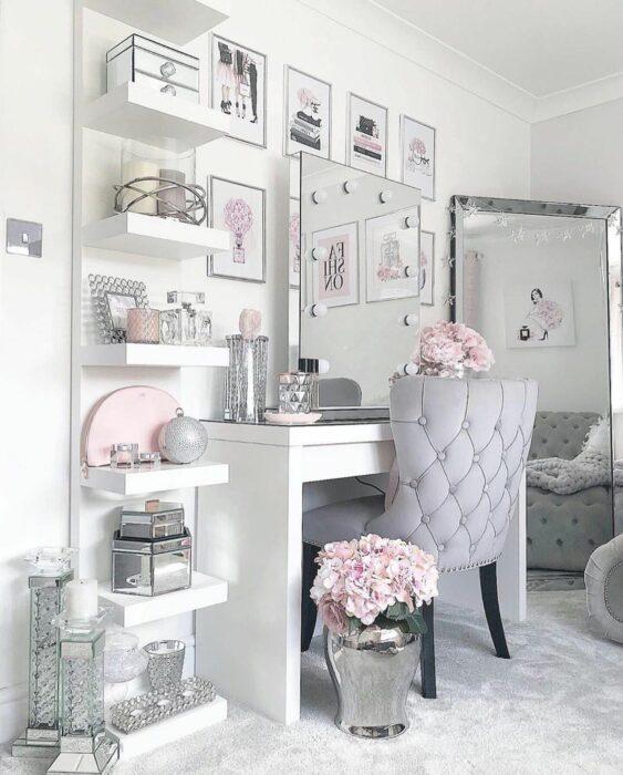 Makeup room en color gris con tonalidades en blanco y rosa
