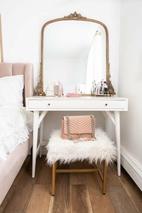 Makeup room estilo vintage en colores dorados con blanco