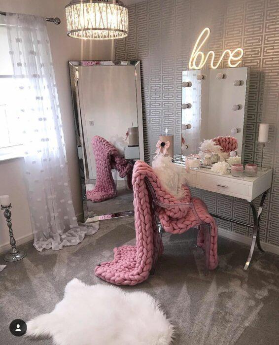 Makeup room en color rosa con tonos en gris
