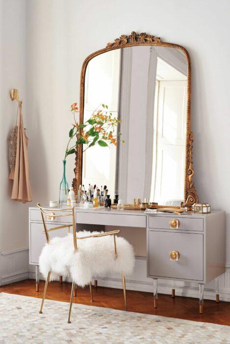 Makeup room estilo vintage en color dorado con blanco