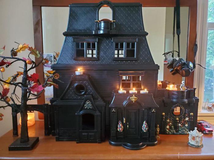 Mamá transforma casa de muñecas en mansiones tenebrosas
