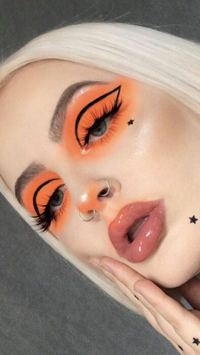 Maquillaje creativo en tonos naranja