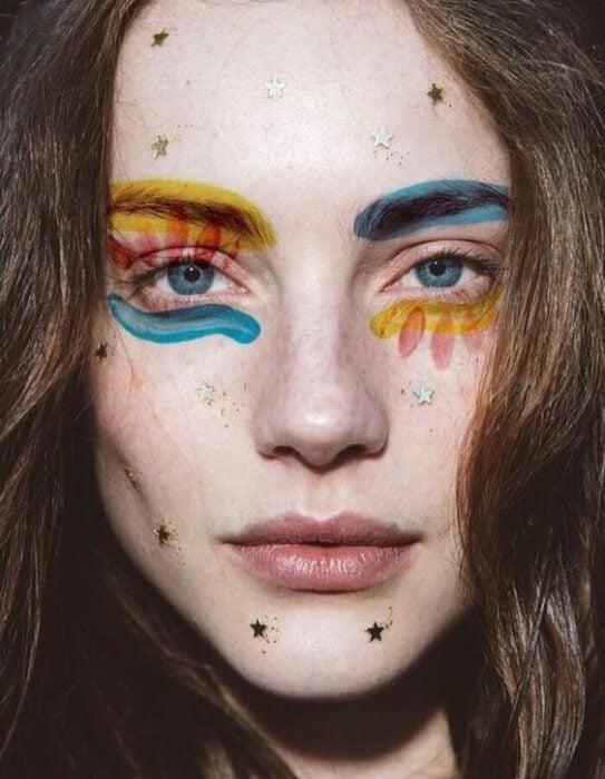 Maquillaje aesthetic en tonos azules, amarillos y rojos
