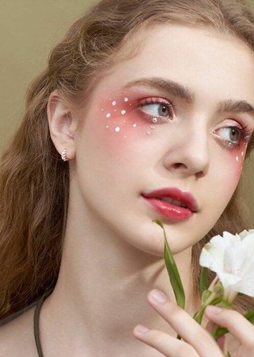 Maquillaje aesthetic en tonos rosados con perlitas