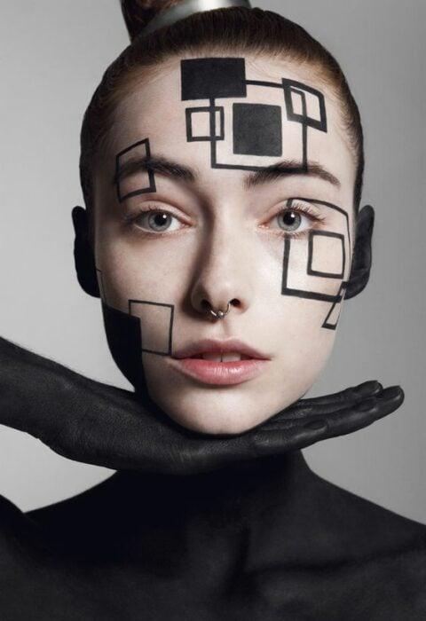 Maquillaje aesthetic en tonos negros en figuras negras
