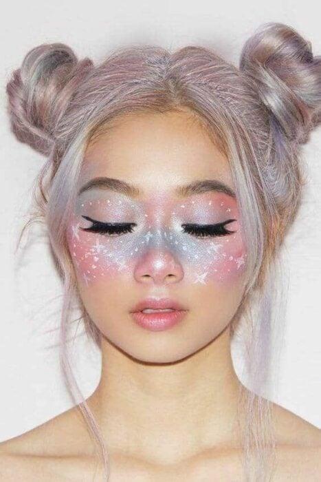Maquillaje aesthetic en tonos rosados y azules