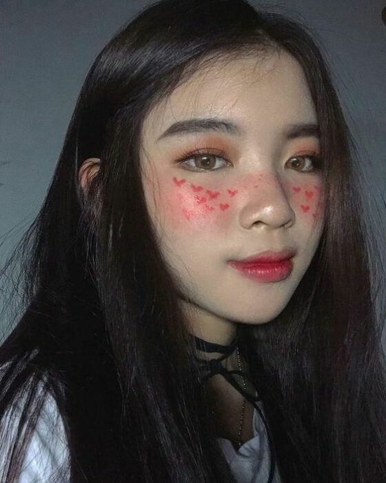 Maquillaje aesthetic en tonos rosados y rojos con corazones