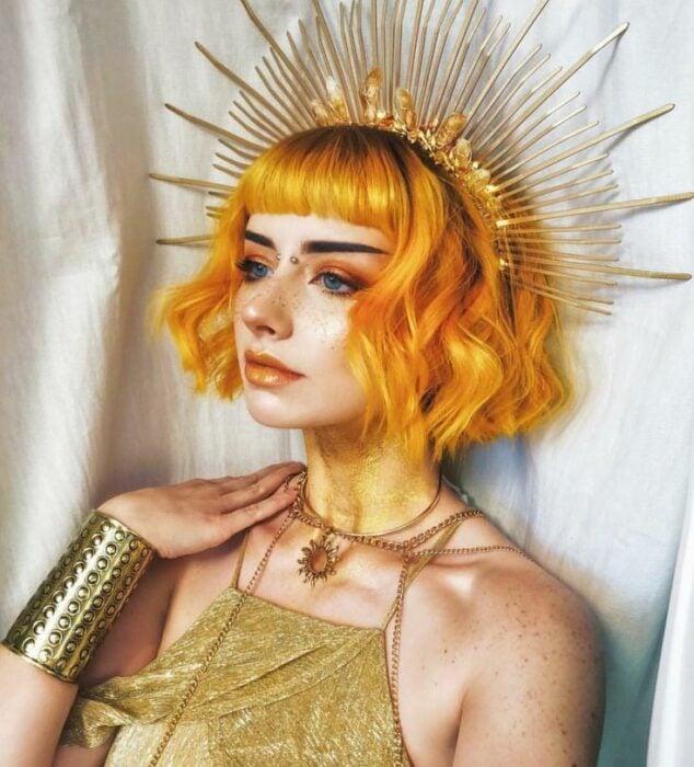 Chica con maquillaje para Halloween inspirado en el sol como una reina