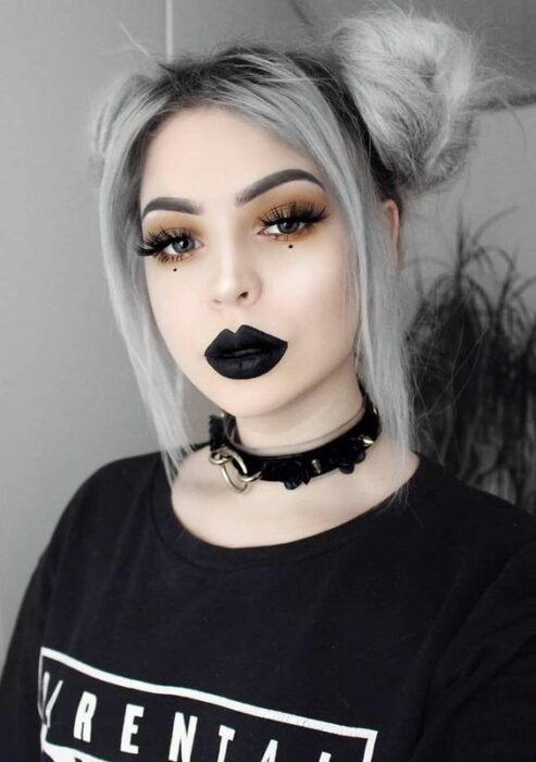 Chica con maquillaje para Halloween en estilo gótico