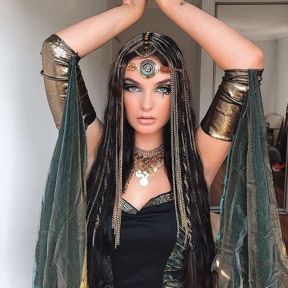 Chica con maquillaje para Halloween inspirado en Cleopatra
