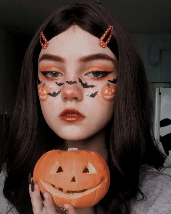 Chica con maquillaje en colores naranjas inspirados en Halloween