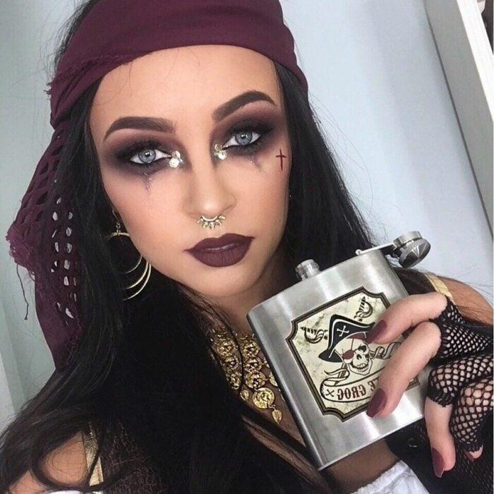 Chica con maquillaje para Halloween de pirata