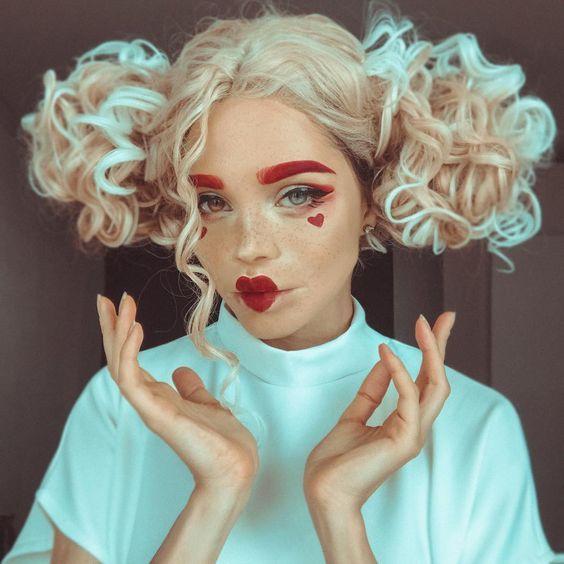 Chica con maquillaje para Halloween de la reina de corazones