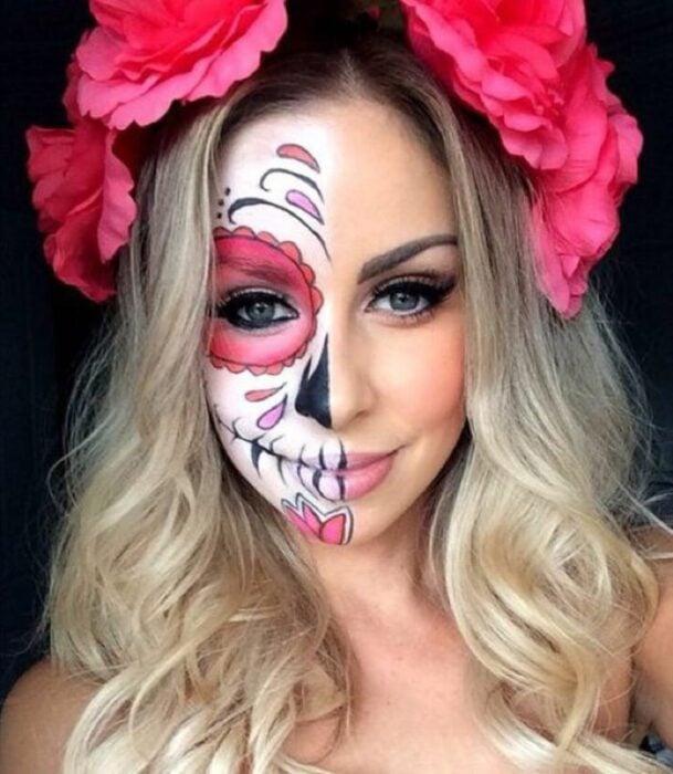 Chica con un maquillaje de catrina en colores blancos con rosa