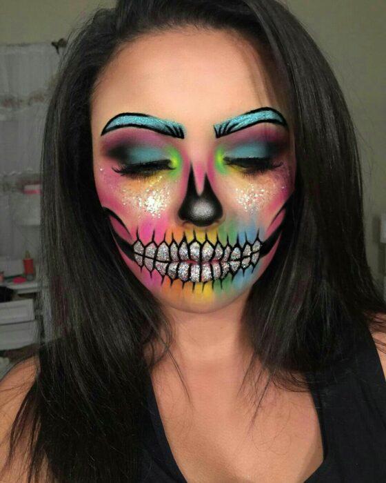 Chica con un maquillaje de catrina en colores neón