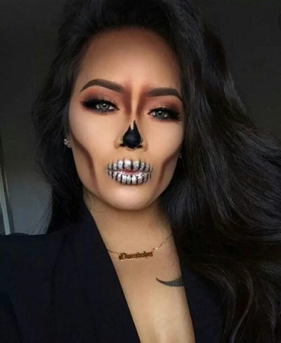 Chica con un maquillaje de catrina en colores negros