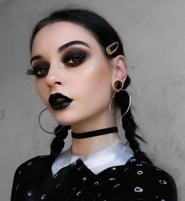 Simple and creative makeup for Halloween; Merlina from Los locos Adams
