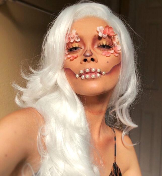 Maquillajes sencillos y creativos para Halloween; calavera de Día de muertos con flores