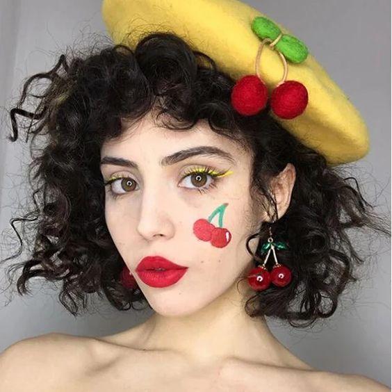 Chica maquillada como cerezas