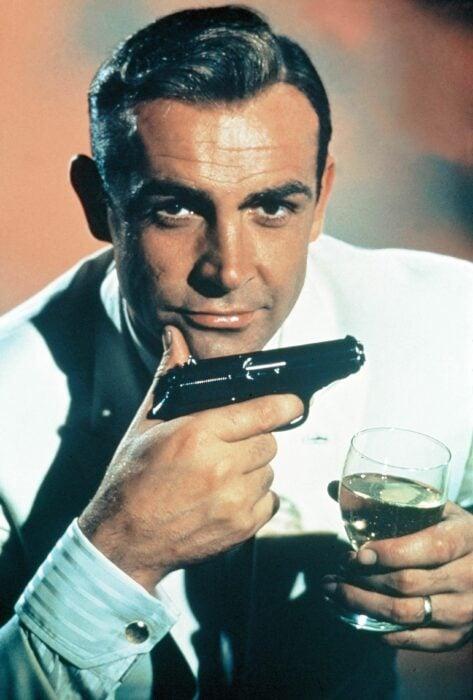 Sean Connery interpretando el papel de James Bond, sosteniendo una copa de vino