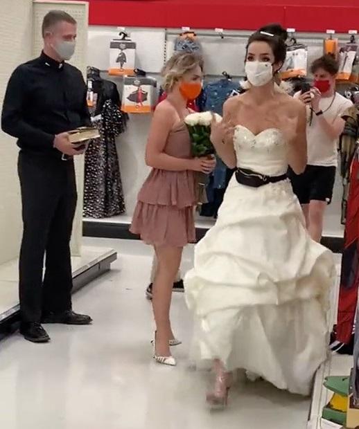 Mujer llega vestida de novia al trabajo de su novio para exigirle que se casen