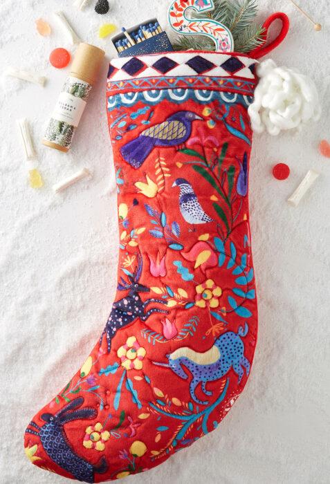 Decoración de Navidad con temática mexicana; bota navideña para dulces y regalos tejida con animales estilo otomí