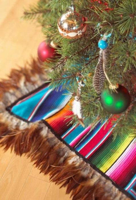 Decoración de Navidad con temática mexicana; falda de árbol navideño de rebozo de México de colores azul, blanco, negro, rojo, anaranjado, morado, rosa y amarillo
