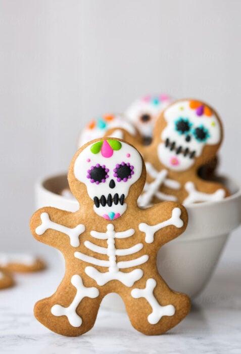 Decoración de Navidad con temática mexicana; galletas de jengibre de calavera de azúcar de Día de Muertos