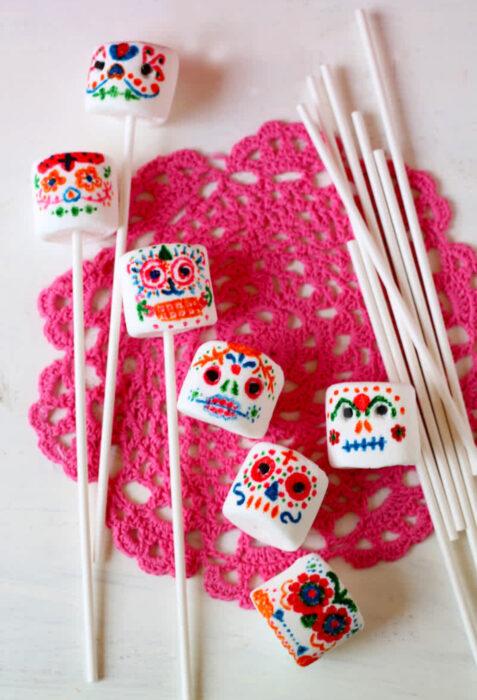 Decoración de Navidad con temática mexicana; bombones decorados con chocolate con forma de calavera de azúcar de Día de Muertos