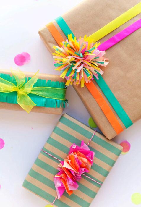 Decoración de Navidad con temática mexicana; regalos con envoltura sencilla y papel de china