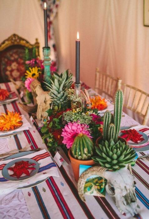 Decoración de Navidad con temática mexicana; centros de mesa de plantas suculentas, con velas negras