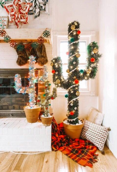 Decoración de Navidad con temática mexicana; árbol navideño, cactus en maceta con luces y esferas en la sala