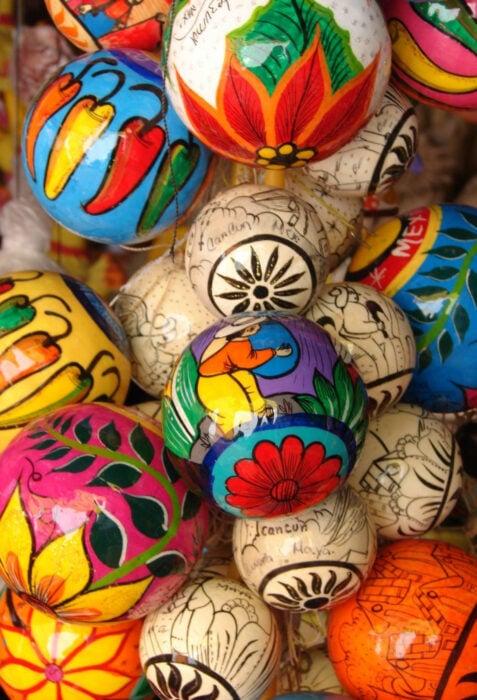 Decoración de Navidad con temática mexicana; esferas artesanales, artesanías mexicanas navideñas