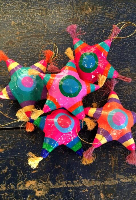 Decoración de Navidad con temática mexicana; esferas de piñatas de estrellas de colores para árbol navideño